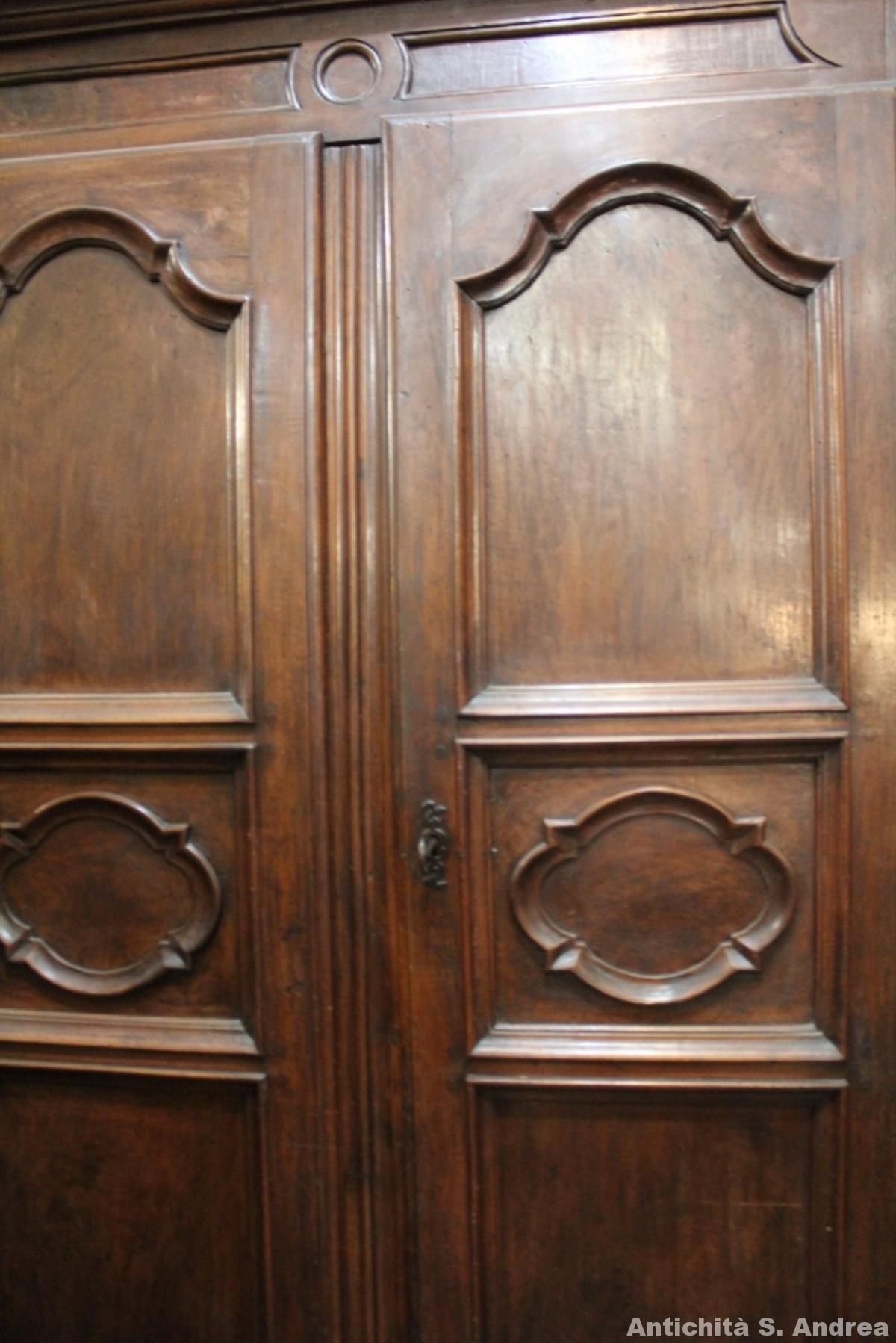 Grande e possente armadio in noce massello, in prima patina, realizzato in Francia nel '600, completamente originale.