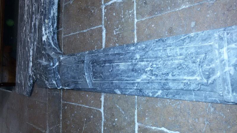 Camino in marmo grigio realizzato in Francia nei primi dell'800, composto da quattro pezzi. Ottime condizioni.