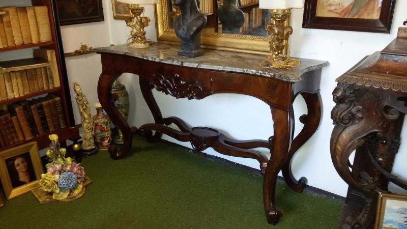 Meravigliosa console metà '800, realizzata in Sicilia, in legno di mogano con piano in marmo restaurato, in buone condizioni generali.