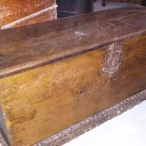 Cassapanca in legno di noce, con serrature antiche, realizzata in Spagna nel '600.