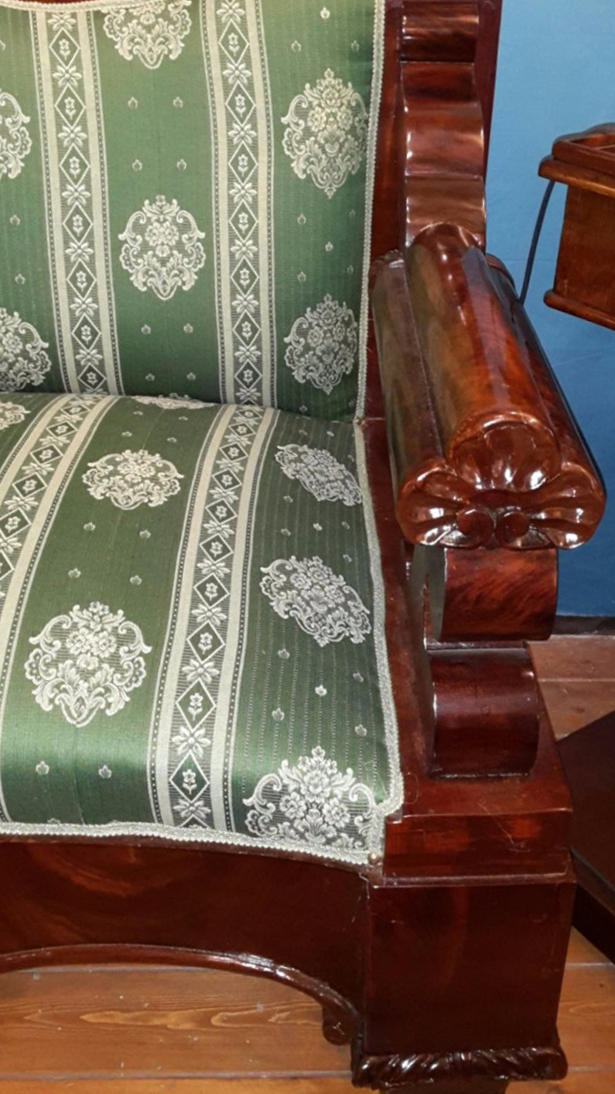 Bellissimo e massiccio divano in piuma di mogano finemente intagliato, realizzato a metà '800 in Italia meridionale.