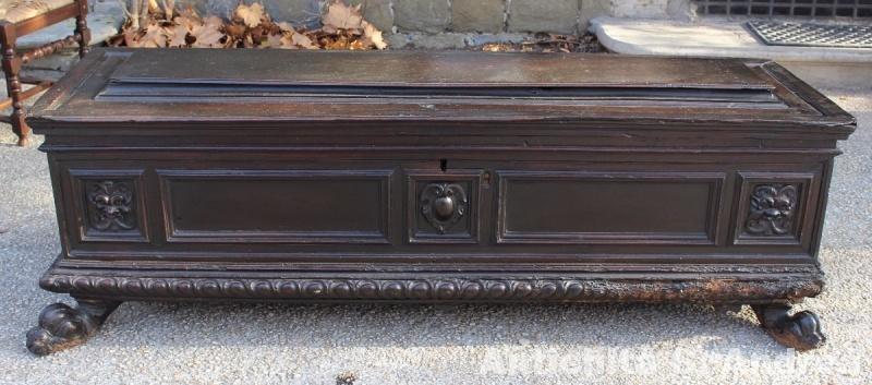Cassapanca sarcofago in legno di noce, realizzata in Toscana nel '500.