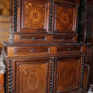 Credenza in doppio corpo con magnifici intarsi in acero realizzata in Francia alla fine del '600.