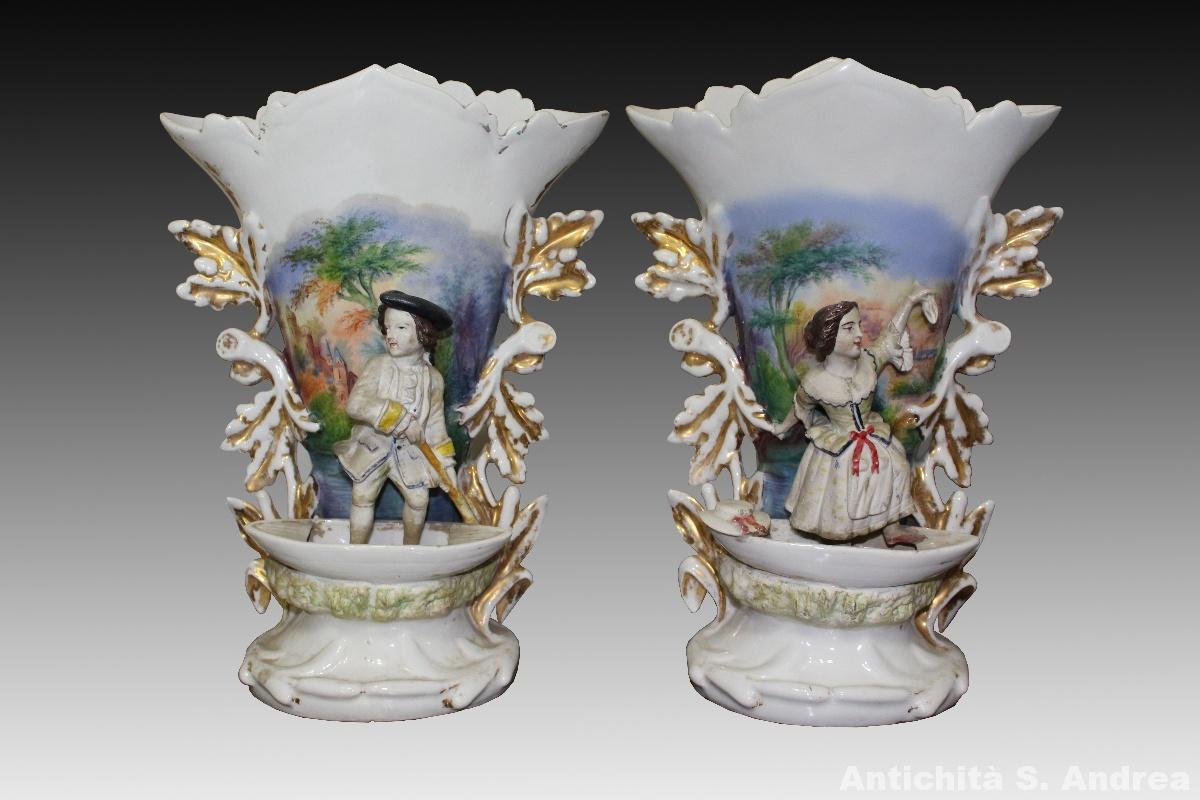 Coppia di vasi in porcellana con figure in rilievo in biscuit realizzata in Francia nell'800.