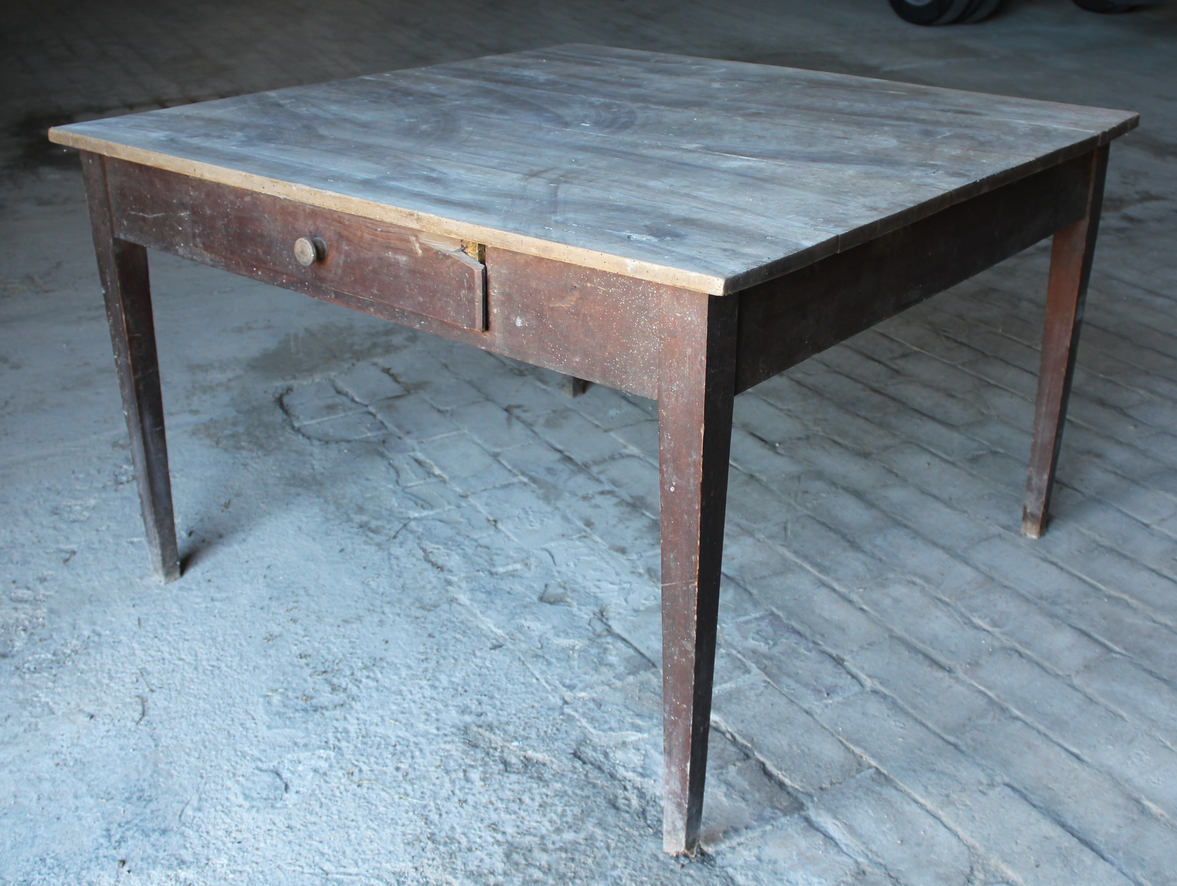 Tavolo quadrato legno di noce con cassetto - Umbria - primi \'800