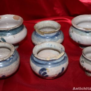 Collezione di sei piccoli vasetti in maiolica, probabilmente Savona, realizzati nel '700.