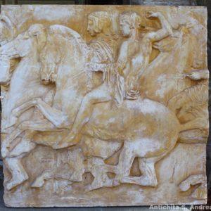 Meraviglioso bassorilievo in gesso raffigurante una scena neoclassica con personaggi a cavallo, realizzato in Italia nella seconda metà del '900.