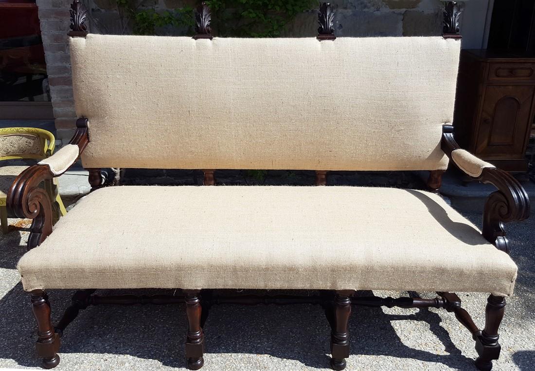 Divano in legno di noce con gambe a rocchetto, finemente intagliato, in stile '600 ma riprodotto in Umbria nell'800.