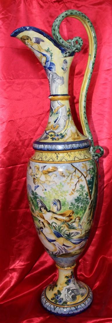 Anfora in maiolica dipinta e decorata probabilmente realizzata a Napoli nell'800, raffigurante una scena mitologica con fauni, ninfe e amorini.