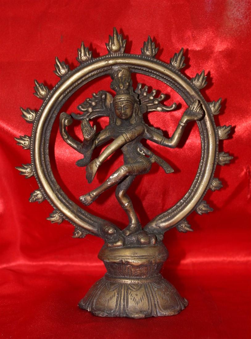 Affascinante scultura in bronzo orientale raffigurante il dio Shiva Nataraja realizzata nei primi del '900.