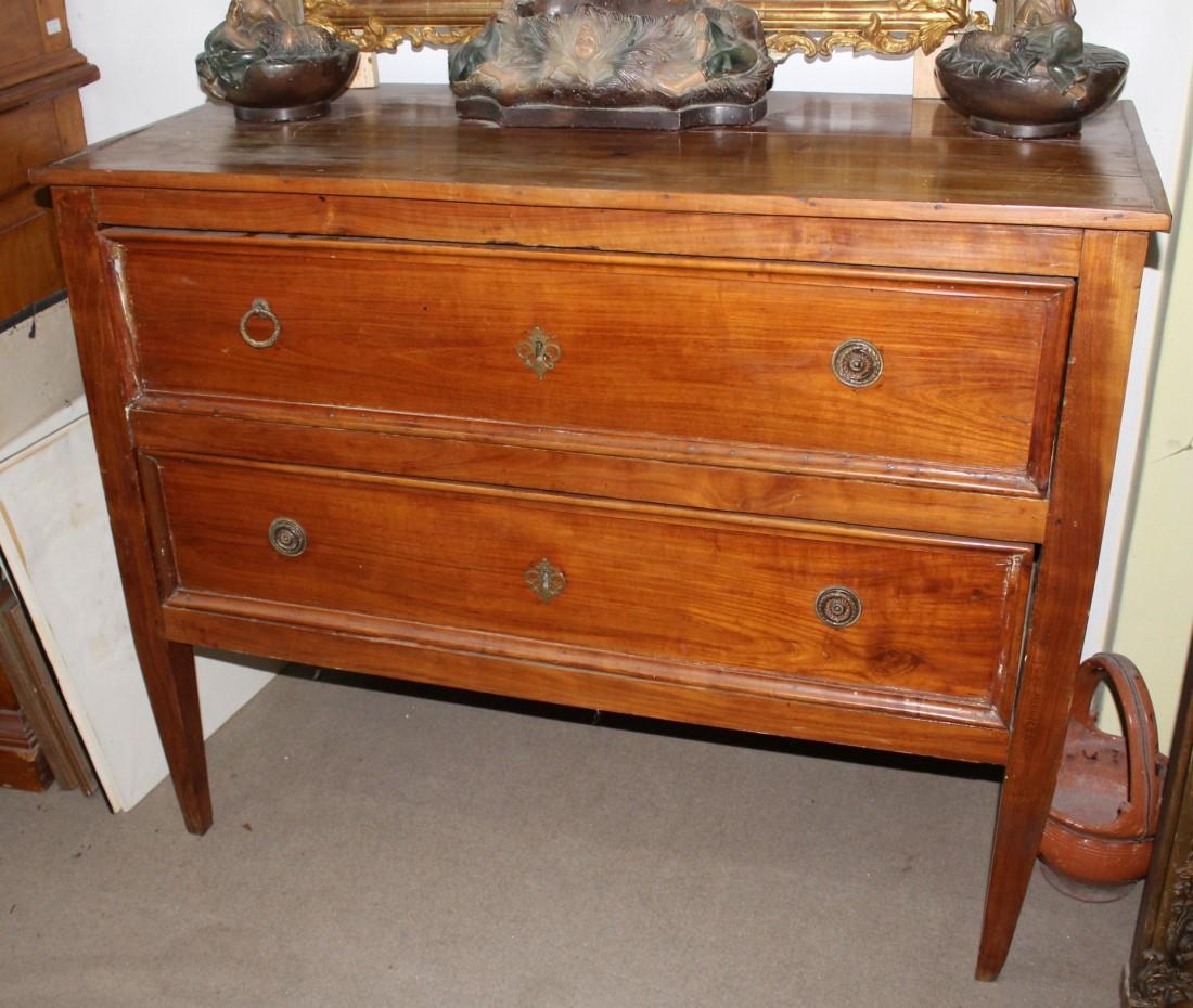 Comò in legno di ciliegio Luigi XVI realizzato in Italia centrale alla fine del '700.