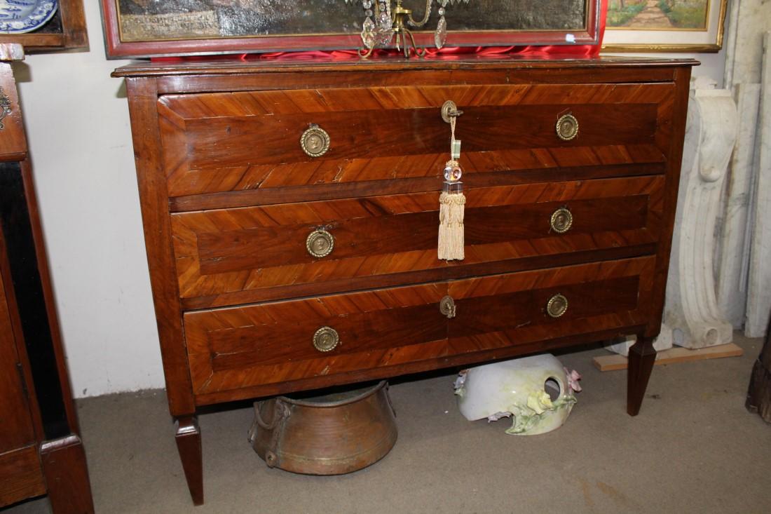 Meraviglioso comò lastronato in legno di noce Luigi XVI restaurato realizzato in Italia centrale alla fine del '700.