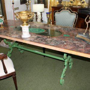 Pregevole tavolo lastronato con rari marmi antichi e base in ghisa liberty realizzato nei primi del '900.