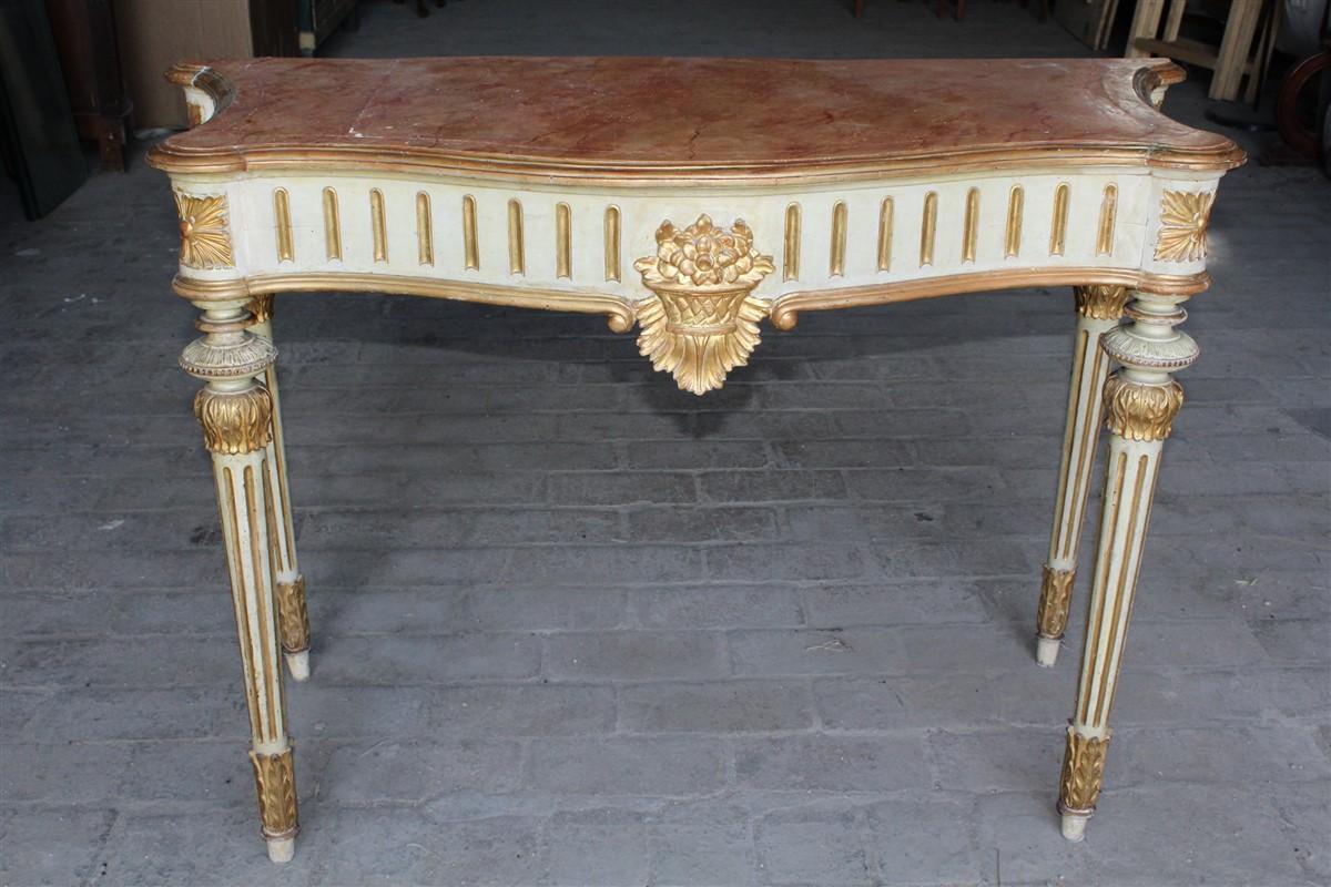 Console in legno laccata e dorata, restaurata in epoca passata, realizzata nel '700.