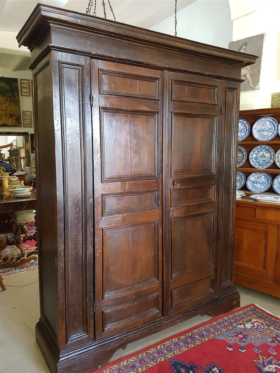 Armadio stipo in prima patina, completamente originale, realizzato in legno di noce in Umbria nel '600. Restaurato.