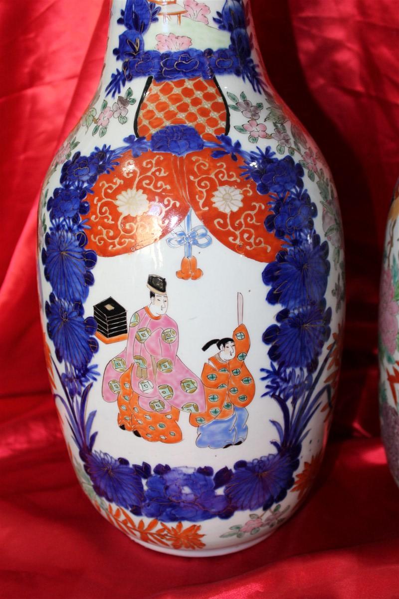 Coppia vasi giapponesi in maiolica dipinta e decorata, in buone condizioni, realizzati tra la fine dell'800 e i primi del '900.
