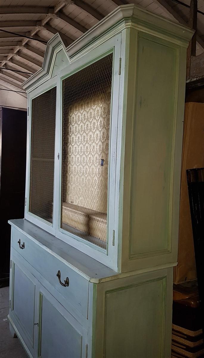 Credenza in discrete condizioni realizzata in legno di abete in Italia a fine '800.