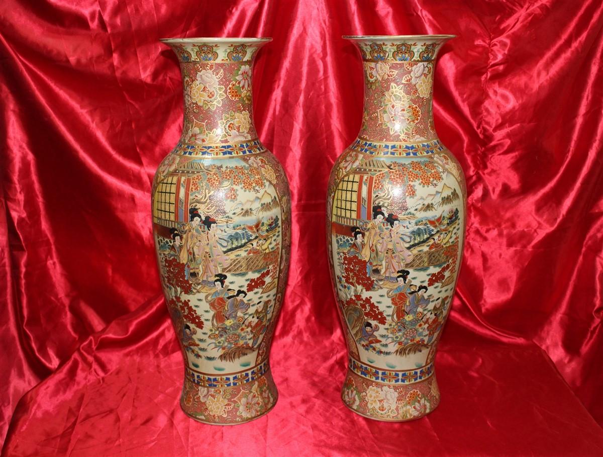 Coppia di vasi giapponesi in maiolica, finemente decorati, in ottime condizioni, realizzati nel '900.